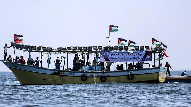 Palästinensische Aktivisten haben versucht, mit einem Fischerboot die israelische Seeblockade des Gazastreifens zu durchbrechen.