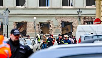 Auch in der Schweiz besteht keine hundertprozentige Sicherheit: Rettungskräfte in Prag bei der Arbeit