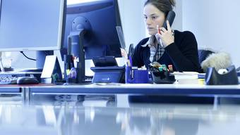 Carla Stampfli bei der Telefon-Recherche.