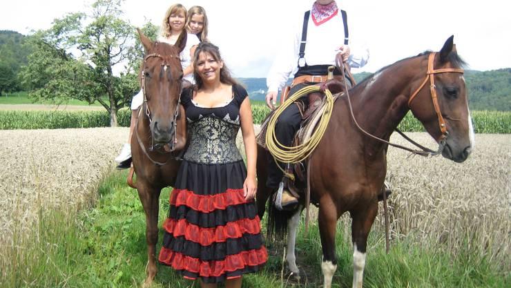 Die Familie Krüttli mit (v. l.) den Kindern Viola und Aline, Mutter Maja und Vater Bruno Krüttli, flankiert von den beiden Pferden Jodie und Yana, die im Stück «Wild West» ebenfalls tragende Rollen spielen.  hme Die Familie Krüttli mit (v.l.) den Kindern Viola und Aline, Mutter Maja und Vater Bruno Krüttli, flankiert von den beiden Pferden Jodie und Yana, die im Stück «Wild West» ebenfalls tragende Rollen spielen.  hme