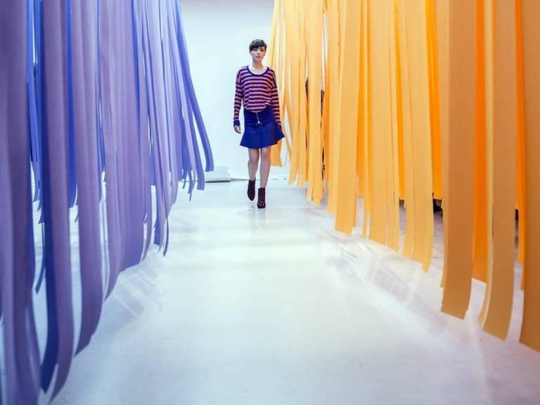 Ein Model zeigt ein Strickkleid der französischen Modedesignerin Sonia Rykiel, die im Alter von 86 Jahren gestorben ist (Archiv)