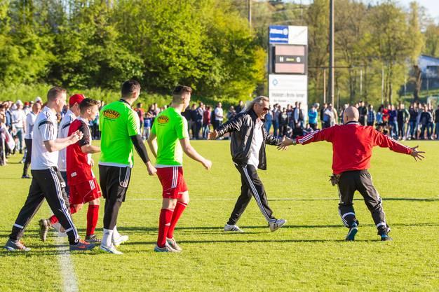 Klingnau-Trainer Radi Schibli stürmt nach Spielschluss als Erstes auf den Platz.
