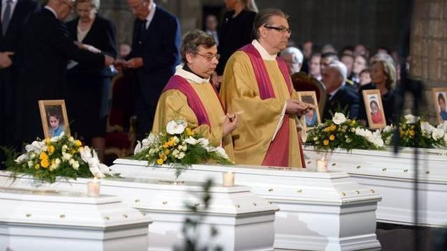 Die Särge mit den beim Busunglück verstorbenen Kindern an der Trauerfeier in Leuven im vergangenen März