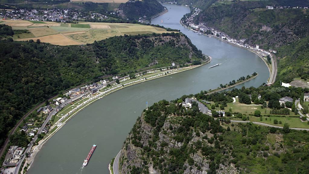 Ein mit 1300 Tonnen Diesel beladenes Schiff ist auf dem Rhein bei St.Goar nahe der Loreley auf Grund gelaufen. (Archivbild)