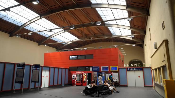 Keine Visitenkarte für Basel: Der «Elsässerbahnhof» im Westflügel des Centralbahnhofs – geschlossene Schalter und barackenähnliche Bauten.