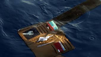 Rettungsmannschaften fanden die Brieftasche eines Passgiers der abgestürzten Lion Air Maschine. Die indonesische Rettungsbehörde setzt Tauchroboter ein, um den Rumpf der Maschine zu finden. (Foto: Achmad Ibrahim/AP)