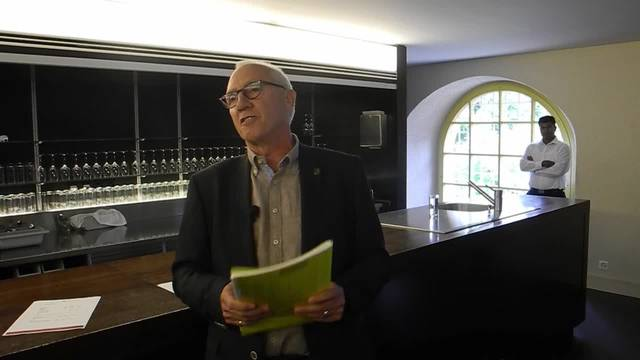 Stadtschreiber Hansjörg Boll gibt im Landhaus das Resultat der Stadtpräsidiumswahlen bekannt