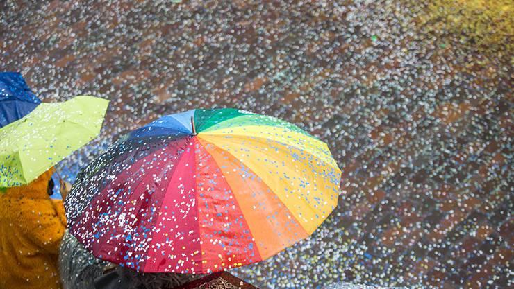 Regenschirm und Konfetti am Solothurner Fasnachtsumzug.