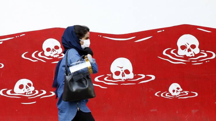 Anti-amerikanische Wandmalereien prangen auf der einstigen US-Botschaft in Teheran. Die USA wollen, dass der Iran auch weiterhin keine Waffen kaufen darf.