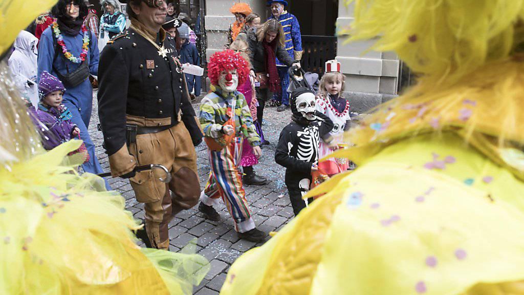 Tausende strömten am Samstag zum grossen Fasnachtsumzug nach Bern - am Freitag war die Altstadt fest in den Händen der kleinen Fasnächtler (Bild).