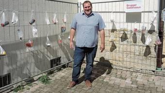 Erste Waren hängen schon am Zaun: Simon Rohr, Pastor der Chrischona-Gemeinde in Brugg.