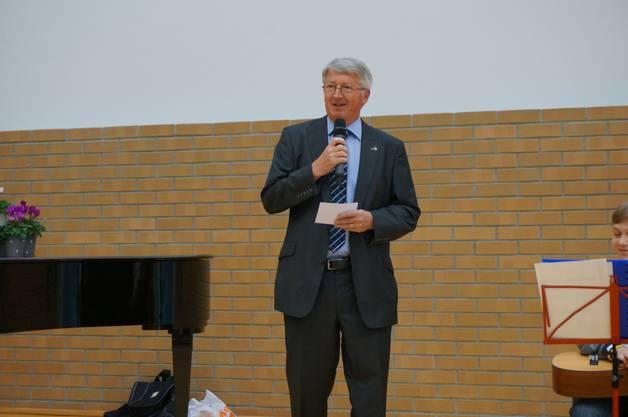 Vizepräsident Stadt Dietikon Jean Pierre Balbiani hält Rede zur Vernissage
