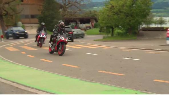 Sara Wicki entdeckt die Welt der Motorräder