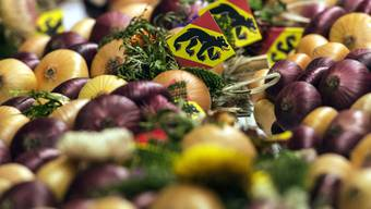 Zwiebeln mit Berner Flaggen am traditionellen Zibelemärit am Montag