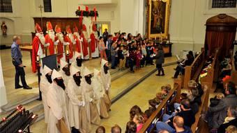 Die sieben Samichläuse mit ihren Dienern und das Publikum freuten sich über die musikalische Darbietung des Chores mit Schulkindern aus dem Eichholz.