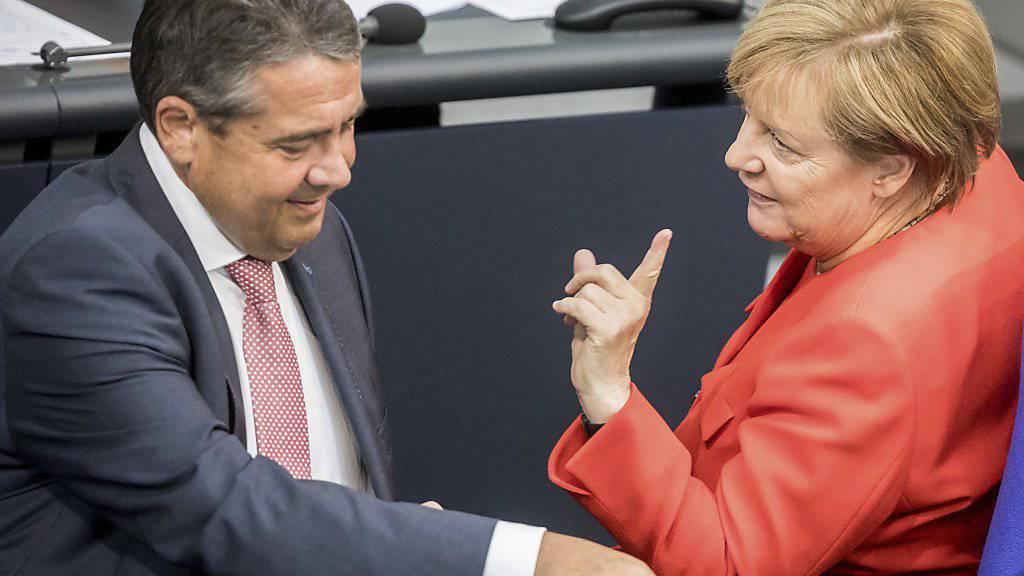 Schweizer Zeitungskommentatoren rechnen nach der Wahl des deutschen Bundestages mit der grossen Koalitionsregierung in Deutschland ab. (Archivbild Merkel/Gabriel)