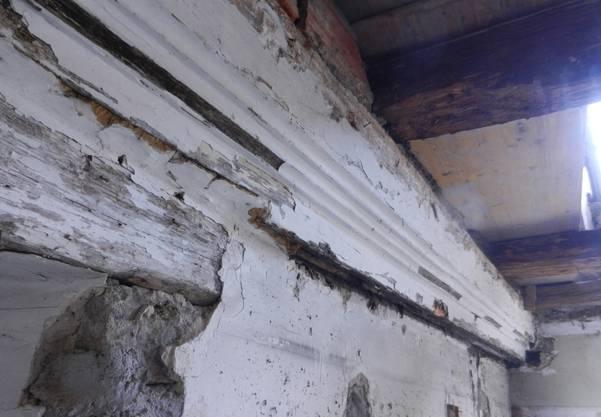 Mit verschieden breiten Kehlen verzierter Abschlussbalken einer früheren Holzdecke des späten 14. Jahrhunderts. Das Bild wurde vor der Sanierung aufgenommen.