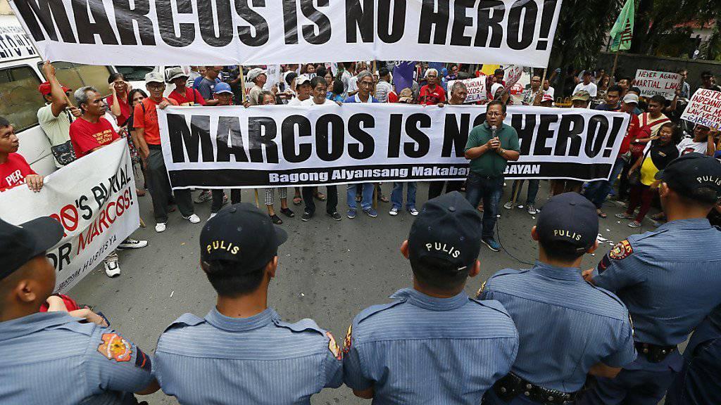 Trotz Protesten soll der frühere philippinische Diktator Ferdinand Marcos seinen Platz auf dem Heldenfriedhof des Landes erhalten. Die Behörden kündigten das Begräbnis kurzfristig an. (Archivbild)