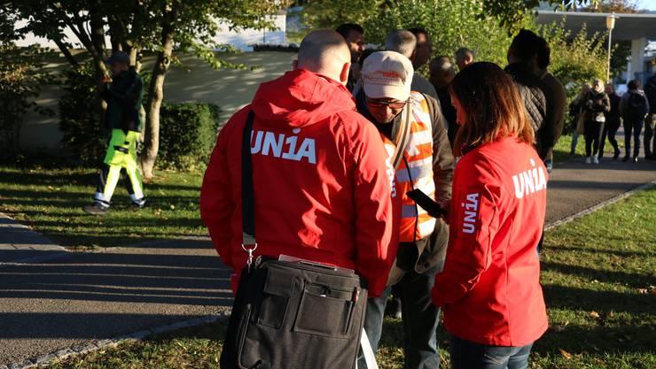 Vertreter der Gewekrschaft Unia sind am Dienstagmorgen beim Novartiswerk in Stein vor Ort, um mit den Mitarbeitenden das Gespräch zu suchen.