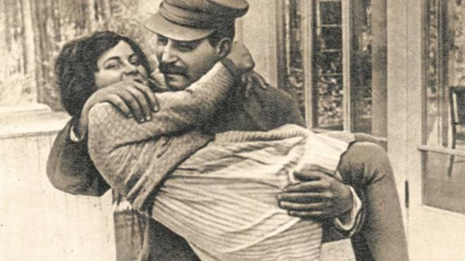 1967 gerät die Schweiz ins Fadenkreuz der Weltmächte: Sie gewährt Swetlana Iossifowna (im Bild 1936 mit ihrem Vater Josef Stalin) vorübergehend Gastrecht, was zu Unstimmigkeiten führte. Foto: ullstein bild