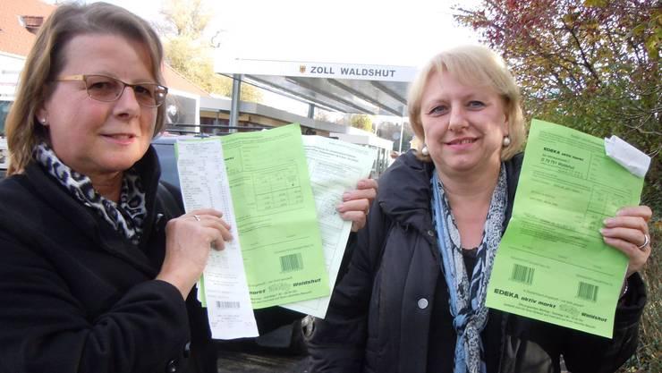 Margrit Bosshard (links) und Madeleine Müller aus Wettingen zeigen ihre Formulare zur Mehrwertsteuerrückerstattung.