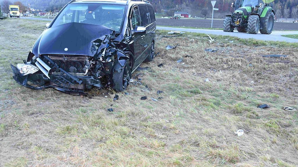 Zwei Verletzte bei Kollision von Traktor und Auto