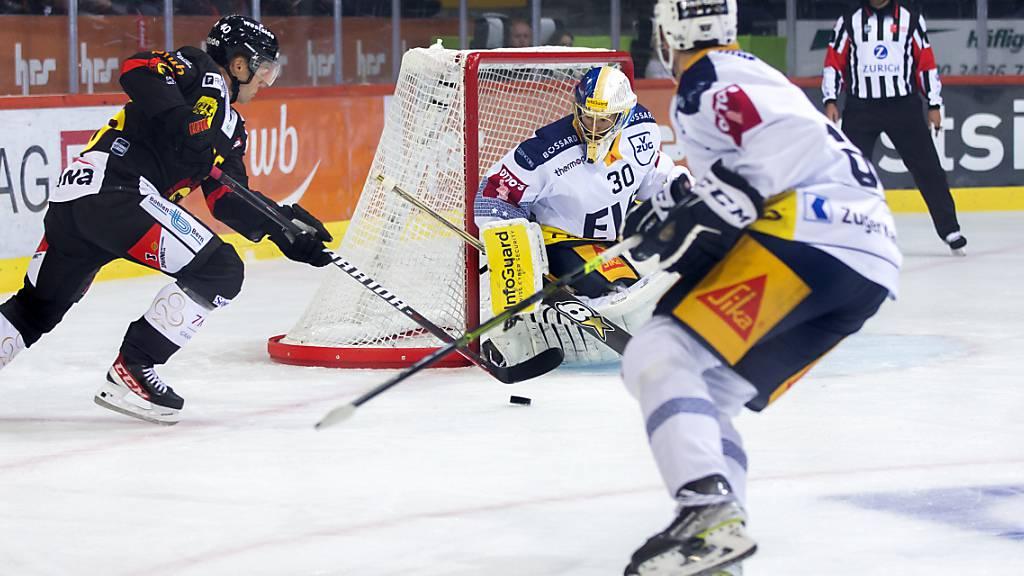 Kein Durchkommen: Berns Stürmer Jan Neuenschwander bleibt gegen Zugs Goalie Leonardo Genoni hängen