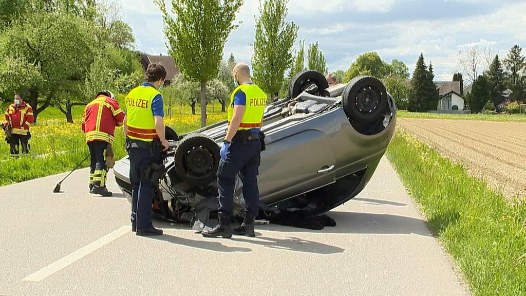 Autofahrerin prallt in Baum und landet auf dem Dach