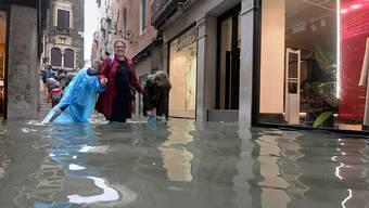 In den überfluteten Strassen von Venedig (Bild vom Montag)
