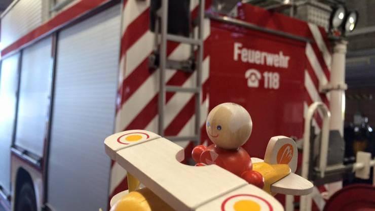 """Flug zum Banntag. Am 2. April landen nach dem offiziellen Bannumgang die """"Dief-Flieger"""" im """"Hangar"""" bei der Flugplatz-Feuerwehr an der Hofstrasse 4."""