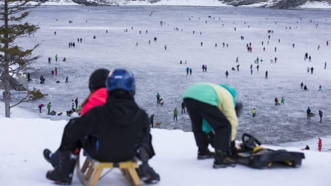 Zeigt laut Tourismus-Vertretern den wahren Winter 2015/16: Zugefrorener Oeschinensee oberhalb Kandersteg BE. Foto: Keystone
