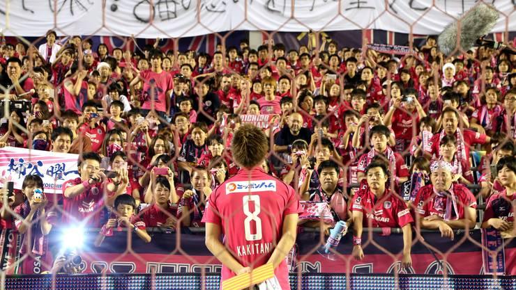 Tränenreicher Abschied: Am 15. Juli feierten die Fans von Cerezo ein letztes Mal ihren Superstar Yoichiro Kakitani. Foto: Imago