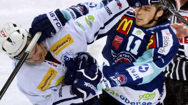 Rappis Andreas Camenzind (r.) prügelt sich mit Ambris Marc Schulthess.