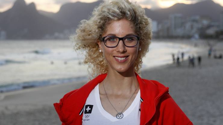 Jolanda Neff posiert am Strand von Ipanema