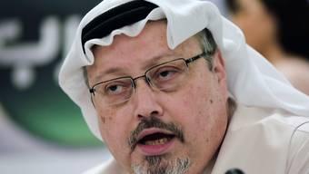 ARCHIV - Der saudische Journalist Jamal Khashoggi spricht während einer Pressekonferenz. Fast zwei Jahre nach dem brutalen Mord an dem regimekritischen Journalisten Jamal Khashoggi hat ein saudisches Gericht fünf Angeklagte zu 20 Jahren Haft verurteilt. Foto: Hasan Jamali/AP/dpa