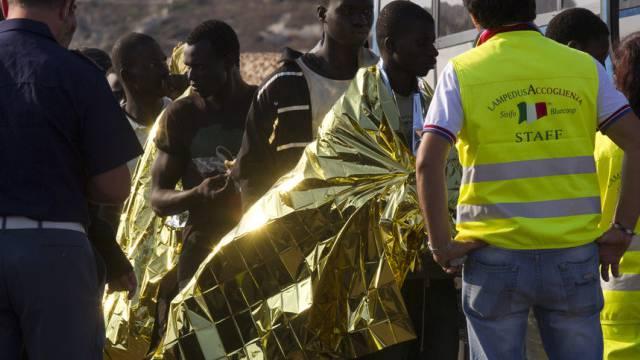 Nordafrikanische Flüchtlinge bei Ankunft in Süditalien (Archivbild)