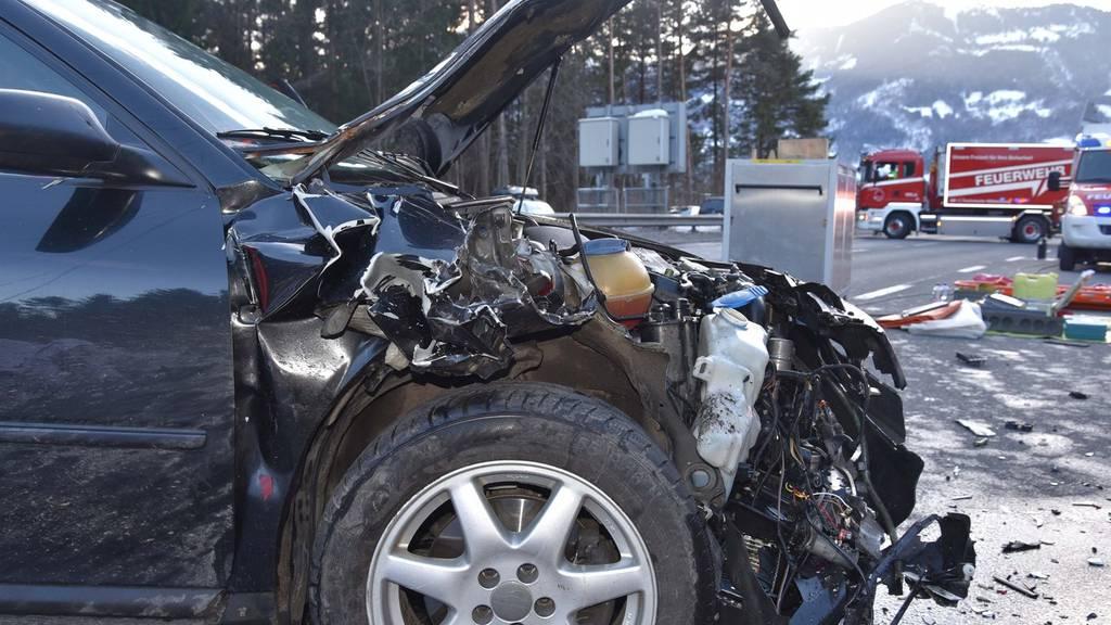 Der Lenker dieses Fahrzeugs wurde mittelschwer verletzt und musste ins Spital gebracht werden.