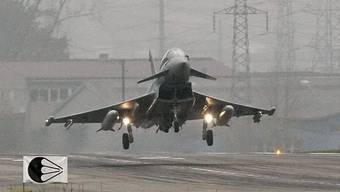 Der Eurofighter Typhoon der deutschen Luftwaffe beim Testflug im November 2008 auf dem Flugplatz Emmen. Der dortige Schutzverband fordert, dass die zur Auswahl stehenden neuen Kampfjettypen nun allesamt auch in Emmen getestet werden. (Archivbild)