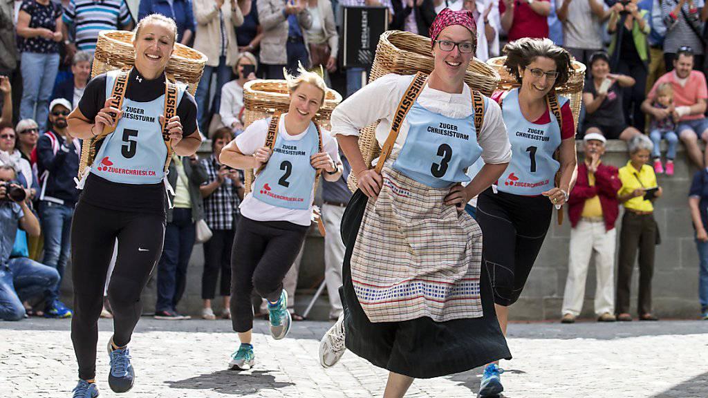 """Bei bestem Wetter legten sich die Zugerinnen und Zuger auch in diesem Jahr wieder beim """"Chriesisturm"""" für die lokale Kirschenbranche ins Zeug."""