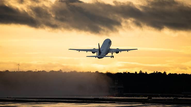 ARCHIV - Die Bundesregierung hat die Reisewarnung für Touristen wegen der Corona-Pandemie für mehr als 160 Länder außerhalb der Europäischen Union um zwei Wochen bis zum 14. September 2020 verlängert. Foto: Andreas Arnold/dpa