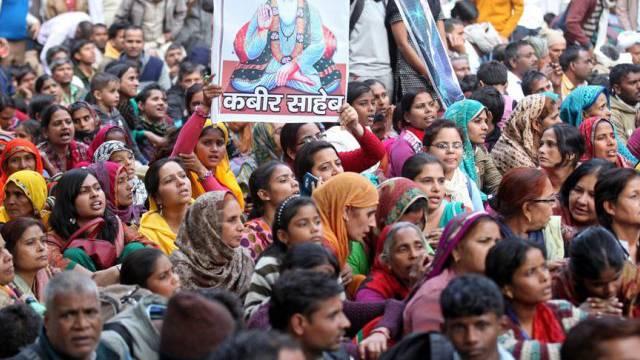 Anhänger des Gurus Baba Rampal versammeln sich in Neu Delhi