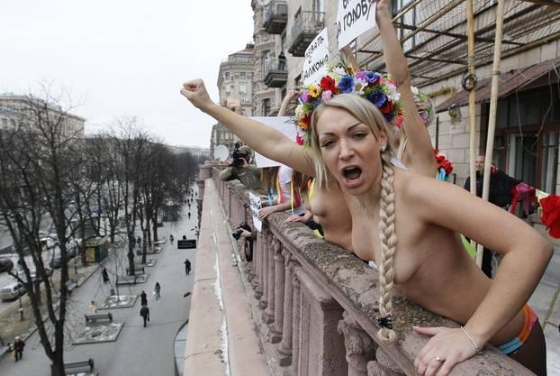 Nackter Protest gegen die EM 2012