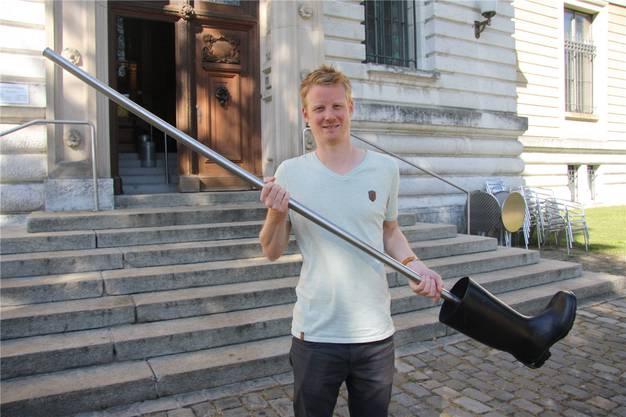 Robin Byland, wissenschaftliche Assistenz im Kunstmuseum, mit dem aufgetauchten Signer-Stiefel. (Archiv)
