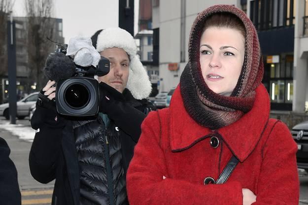 Die ehemalige Gefaengnisaufseherin Angela Magdici vor dem Bezirksgericht in Dietikon, am Dienstag, 24. Januar 2017. Angela Magdici steht am Dienstag vor dem Bezirksgericht Dietikon. Die Staatsanwaltschaft wirft ihr Entweichenlassen eines Haeftlings, Beguenstigung sowie grobe Verletzung der Verkehrsregeln und Sachentziehung vor. Sieben Monate soll sie absitzen, weil sie einen Haeftling aus dem Gefaengnis Limmattal befreit hatte und mit ihm nach Italien geflohen war. (KEYSTONE/Walter Bieri)