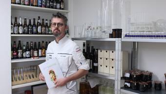 Rolf Caviezel mit seiner neusten Kreation, dem Buch «Beer Pairing», mit dem er den nationalen Winner Gourmand World Cookbook Award gewonnen hat.