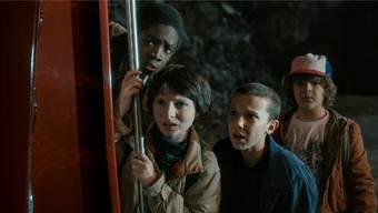 Auf der Suche nach ihrem verschwundenen Freund Will kriegen es die drei Jungs und die übernatürliche Eleven (Zweite von rechts) mit einem Monster zu tun. Netflix