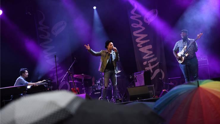 José James eröffnete das Stimmen-Festival 2016 im verregneten Rosenfelspark.