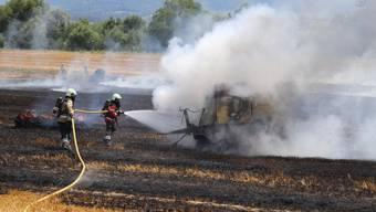Laufen: Strohballenpresse und Feld geraten in Brand