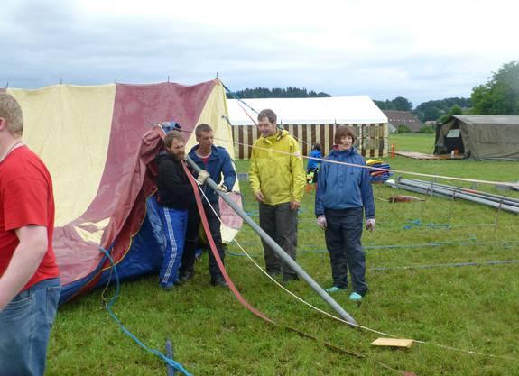 Matrosen Geno, Piano, Schnägg und Esperanta richten die Zeltstange des Zirkus-Zelts auf.