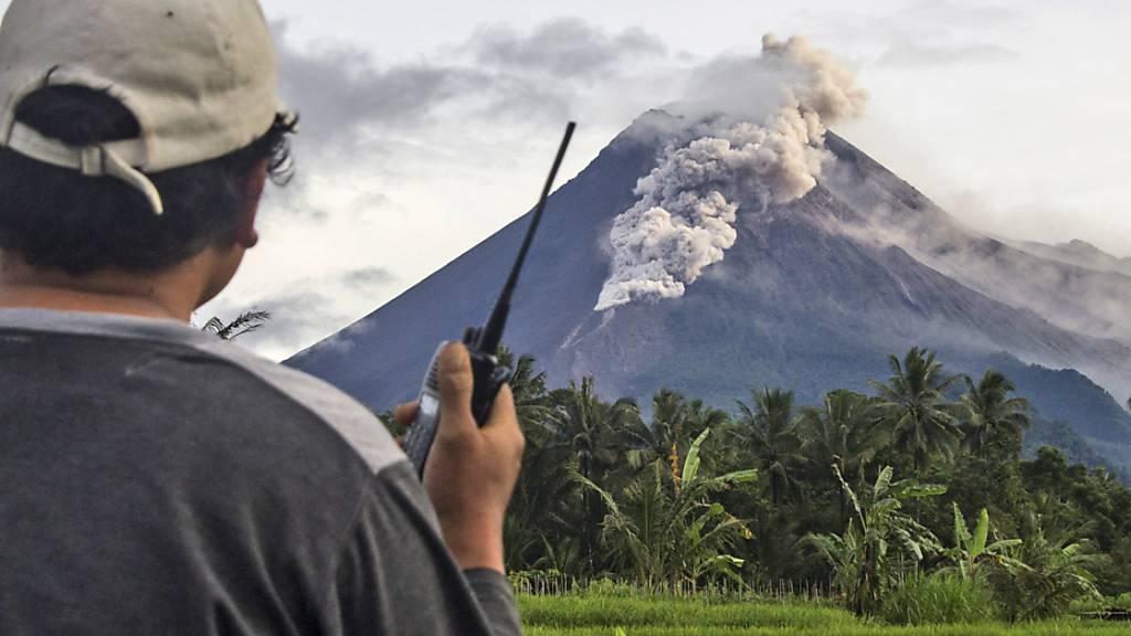 Vulkan Merapi auf Java spuckt Asche und Gestein
